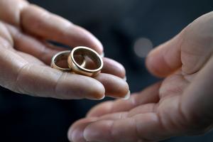 """På eller av. En del i välfärdsbrottsligheten är att gifta par """"skiljer sig i teorin men fortsätter att leva tillsammans i praktiken"""", skriver debattören. Foto: Janerik Henriksson/TT"""