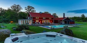 Fastigheten har poolområde med stor terrass. Foto: Marijo Grgic