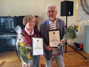 Karin Eriksson, Delsbo, och Jan-Eric Berger, Trönö, fick utmärkelser av Sveriges Hembygdsförbund. Foto: Elisabet Eriksson