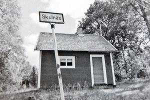 EW-stugan i Skulnäs står fortfarande kvar på sin plats. Den var hem för de arbetslösa och beboddes av luffaren Glada Nisse, konstnären H Andersson, Kjellman med träben och många andra.
