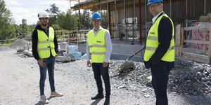 Credentias projektledare Miguel Ponce, Robert Beronius (L) som är ordförande i barn- och skolnämnden och Niclas Gustafsson, tf  grundskolechef i Norrtälje kommun.