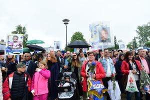 Släkt, vänner och andra som ville fira studenterna trotsade regnet och fyllde Stadsparken mest fest.