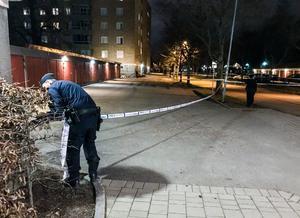 Under kvällen arbetade polisen på platsen.