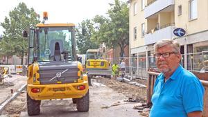 – Det har varit lite bökigt för butiksägare och kunder under tiden, men någon gång måste ju arbetet göras, säger tekniske chefen Stig Tördahl, här på en bild från när ombyggnaden just börjat i somras.