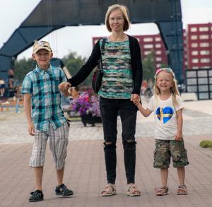 Max bor på gränsen mellan Torsåker och Hofors. Det är inte första gången skolskjutsen åker åt fel håll med honom på morgonen. Här är han tillsammans med sin mamma Ann och lillasyster Elsa.