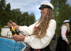 Pauline Dolk sprättar champagne för att skåla med sina klasskompisar i NV07.