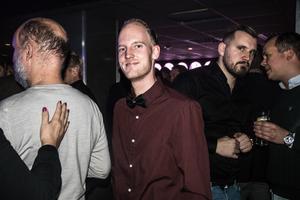 Supportern Niklas Sandberg hjälper ofta till med ÖSK:s hemsida på matchdagar. Ett givet ansikte att hitta i galavimlet.