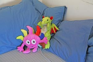 Babblaren Diddi håller ställningarna i lokalens myshörna, tillsammans med en drake.