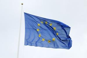 Över Regionens huvudkontor på Kyrkgatan i Östersund vajar EU-flaggan som en påminnelse om det internationella samarbete som blir en allt viktigare faktor för lokalpolitikernas regionala utvecklingsarbete.