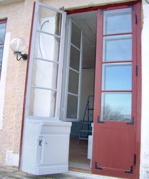 De fick tillstånd av Skansens byggnadsvård som önskade dem lycka till. Den hemliga dörren är inspirerad av Skogaholms herrgård från 1700-talet. Foto: Dalfors snickeri