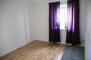 Så här ser ett av de två sovrummen ut i Lars-Erik och Ingalill Svedbergs nya lägenhet ut. Gardinerna är redan uppsatta även om de har en månad på sig att flytta in.