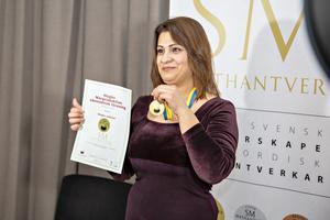 Hadeel Naeem från Högbo stekost var en av guldmedaljörerna som fick posera framför kameran efteråt. Alla produkter som tävlade finns till allmän försäljning, men ska vara tillverkade av småskaliga producenter och på ett hantverksmässigt vis.