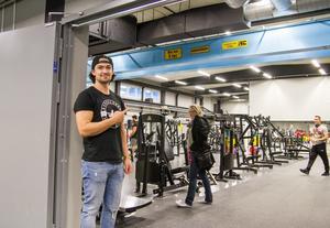 Martin Ek visar den nya lokalen som gjort att sportcentret yta växt till det dubbla.