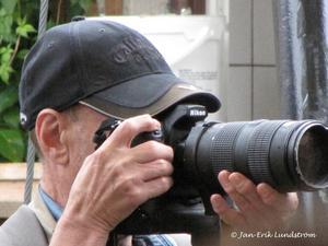 Det är väl inte ofta som fotografer blir fotograferade. Här har jag fångat VLTs fotograf Alf Pergeman när han är i full färd att fotografera Kalle och Bengan på scenen i Jazzens Museum den 1 augusti.