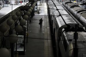 Förutom att skärpa EU:s utsläppsmål och höja priset på utsläpp vill Centerpartiet exempelvis ställa högre krav på bil- och flygindustrin och göra det enklare att resa med tåg i Europa, skriver Per Lodenius och Anders Olander. Foto: Markus Schreiber, TT.
