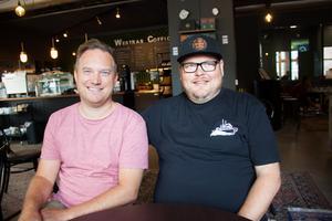 Johan Björklund (till vänster) öppnade rosteriet som ligger i Slakthusområdet år 2013. Senare kom Kimmo Humalamäki (till höger) in som delägare.