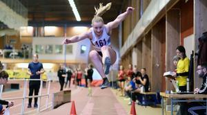 Karolina Svensson under längdhoppet i NM.