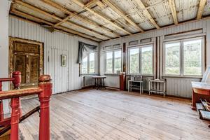 Taket tros vara från när huset byggdes och det har lappats i omgångar med papp. Bild: Mäklarfirman Carlsson Ring