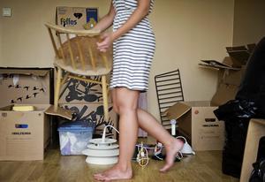 Om ett äldre par flyttar från villan till något mindre kan en barnfamilj köpa deras villa och lämna sin lägenhet. Barnfamiljens lägenhet blir då den första gemensamma lägenheten för ett ungt par, som i sin tur lämnar sina ettor där nu två ungdomar som saknade eget boende kan flytta in, skriver debattförfattaren. Arkivbild: Erik Mårtensson/TT