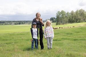 Åsa Lundgren tog nyligen över gården med cirka 40 mjölkkor och närmare 100 hektar mark där hon odlar vallväxter, havre och ärtor. På bilden också barnen Adam, 7 år, och Miriam, 9 år.