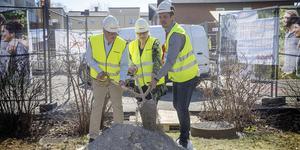 Det första symboliska spadtaget för Rikshems bygge av 74 nya hyresrätter i kvarteret Hyacinten: Bosse Svensson (C), Anna-Karin Eriksson och Anders Söderlund.