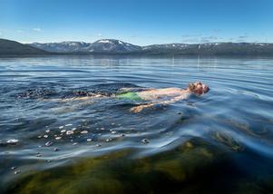 I dag simmar alltför många ute på djupt vatten, jag menar vattnet lika med alkohol. Ingen hör nödropet då man sedan hamnar under ytan och håller på att drunkna, skriver Thomas Sving. Foto: Gorm Kallestad, TT.