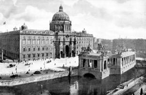 Slottet tyckte Hjalmar Bergman och pappa Claes var en av de vackraste byggnaderna i Berlin. Under sin första dag i Berlin 1899 fick de också en bild av kejsaren Vilhelm II när han kom från Operan. (Foto ur Album von Berlin 1904).