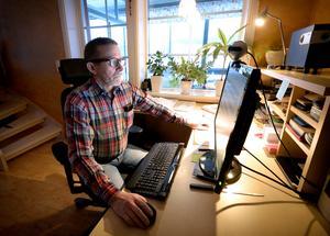 Sören Strindlund framför datorn, som sedan November har inkopplat bredband med en hastighet på runt 100 mb från mottagaren.