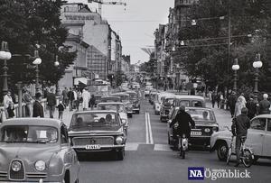 Örebro 3 september, 1967. Sverige gick över till högertrafik och Örebro klarade sig utan missöden det första dygnet. Foto: Okänd
