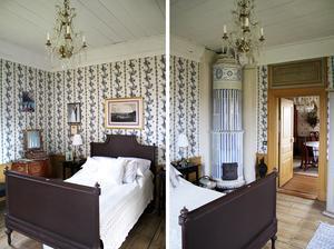 Sovrummet är husets kallaste. Men paret håller värmen i 1.20-sängen. På väggarna sitter ett tyg som är upptryckt efter en tapet i en borgmästargård i Bollnäs.