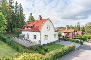Byggt 1935, 971 kvm tomt, stor veranda och balkong, nära till sjön Runn och cykelavstånd till Falu centrum. Foto: Husfoto