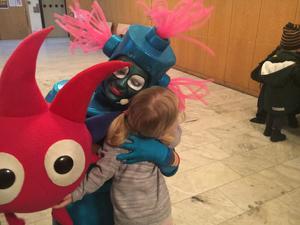 Robotflickan Klonk (Emma Rickfjord) delar ut kramar efter föreställningen.