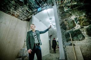 Tursiststrateg Björn Fransson i ett av de gömda källarrum på Örebro Slott som aldrig tidigare har visats för allmänheten.