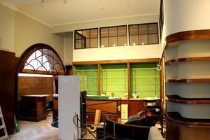 Rundbågiga fönster med välvda spröjs och nya glas på kontoret under taket.