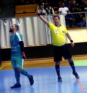 Fredric Nilholt gjorde en av sina sista matcher som futsaldomare i Örebroderbyt – och fick sig en känga av Amel Rastoder efter en varning i slutsekunderna. Niholt varnade också de båda målvakterna Dildar Caliskan (bilden) och Martin Herlin.