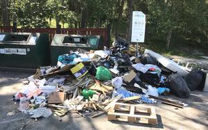 Sopdumpare har varit i farten på Klockarvägen. Foto: Privat