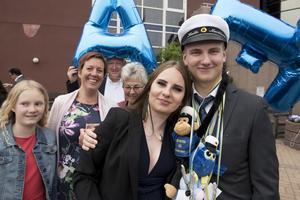 Nyblivne studenten på Höga Kusten Teoretiska Gymnasium, Kalle Marklund, fick en kram av lillasyster Ida.