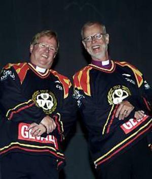 Foto: TOBIAS IVARSSON Spelar i en högre serie. De här spelarna lirar i en annan division. Ärkebiskopen KG Hammar och biskopen Ragnar Persenius kan inte dölja glädjen över att äntligen ha fått var sin Brynäströja.