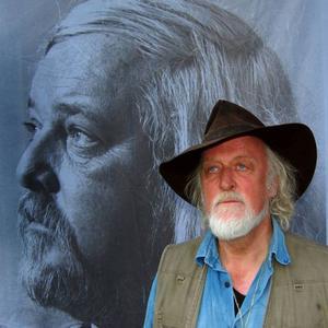 """Ewert Ljusberg, 64 år, Hällekis:– Nej, jag kan inte. Jag är i Östersund två veckor nu och jag glömde mitt kort hemma i Hällekis. Annars skulle jag ha röstat på """"sit down-komikern"""" Jesper Odelberg."""