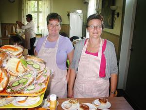 Malin Eriksson och Katarina Frisk sålde kaffe med hembakt samt smörgåsar i bygdegården.