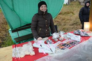 Egen kokbok. Julia Brännström från Laxå sålde sin egenskrivna kokbok och hembakt godis på Ramundeboda julmarknad.