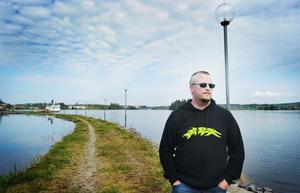 Emil Domanders vill i dagsläget inte åka båt på Varpen eftersom slyn som följer med högvattnet påverkar sjösäkerheten.
