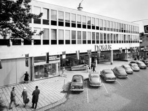 Domus Östersund på Prästgatan 47 öppnade i mars 1962. Redan år 1970 byggdes varuhuset ut till höger och ytan fördubblades. Efter 50 år ersattes Domus av Mittpunkten och Konsum har kvar Coop livsmedel. FOTO: TEWE-BILD/JAMTLI FOTOSAMLINGAR.