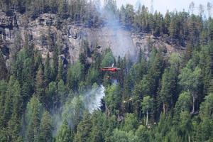 Under helgen inkom det nästan 90 larm till SOS Alarm. Det vanliga genomsnittet på inkomna larm är sju stycken per dag. Här flygbombas branden vid Grötingeberget utanför Gällö.