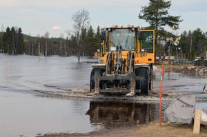 Per Emilsson fick köra med maskinen i vattnet för att hämta de vagnar som stod längst ut.