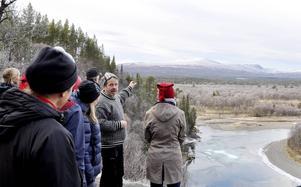 Ola Fransson, guide på Naturrum i Vålådalen visar delegationen från miljödepartementet och från länsstyrelsen landskapet vid Nipan.