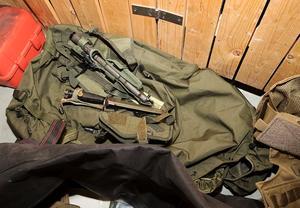 I ett källarförråd i Strömsund påträffades två bajonetter med slida i en väska av militärmodell, som även innehöll en gasmask och en skyddsväst. Foto: Polisen
