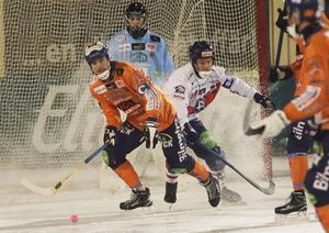 Kaptenernas kamp i derbyt – Andreas Westh skickar bollen bort från Jonas Edling.