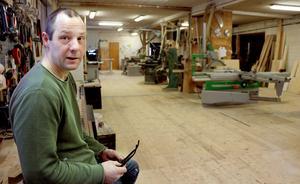 Seibastian Wennerberg har i 20 års tid varit den som drivit Vikarbodarnas snickerifabrik i Haverö, en verksamhet som såg dagens ljus redan 1925.