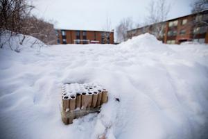 Reseterna från en av de så kallade tårtorna som avfyrats mitt i bostadsområdet på Körfältet i Östersund.